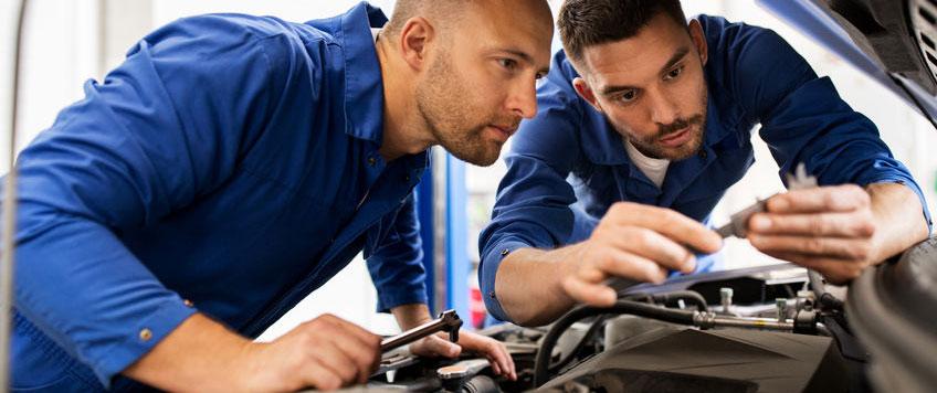 Mekanikere på autoværksted